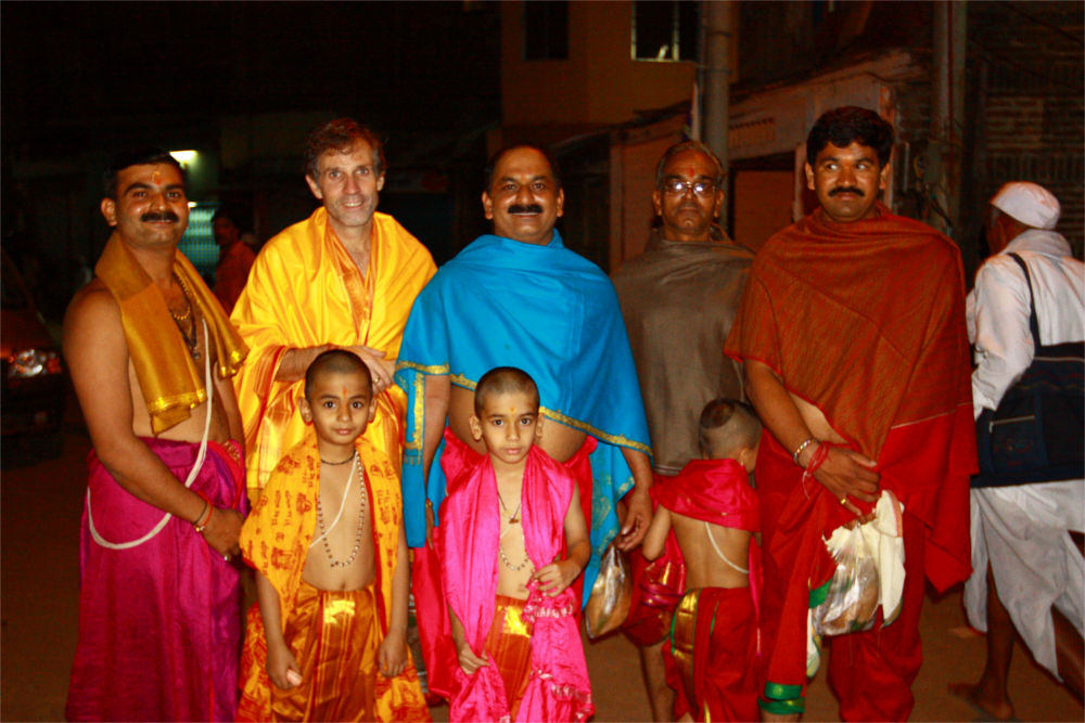 Chief Pandits: Purushottam, Girish and Lalit Lohangoankar with their family in front of the Temple building.